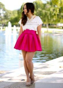 Розовая юбка с бантом в сочетании с белой футболкой