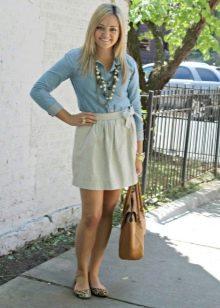Юбка с бантом в сочетании с джинсовой рубашкой и аксессуары к ней