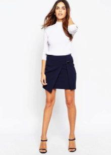 Короткая юбка с разрезом
