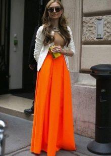 Оранжевая юбка солнце в пол в сочетании с кардиганом