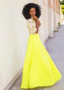 Желтая длинная юбка солнце в пол в сочетании с рубашкой