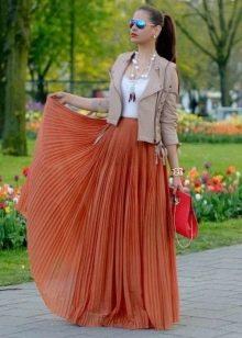 Длинная юбка солнце в пол в сочетании с кожаной курткой