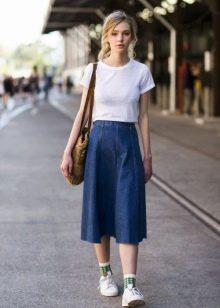 Белая майка и синяя юбка