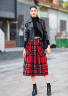 a2d0d11729c Красная клетка используется не только в повседневной одежде. Плиссированная  юбка-солнце с красно-черной или красно-зеленой клеткой – обязательный  элемент ...