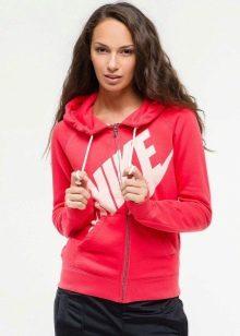 717c7325 Красная толстовка Nike – это выбор девушек, которые привыкли во всем быть  первыми, недаром – красный один из самых популярных цветов в символике  спортивных ...