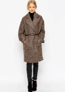 6e9e54fd6067 Драповое пальто, напоминающее военную форму - еще одно модное направление  сезона. Современные дизайнеры с удовольствием смягчают сугубо мужские  фасоны ...