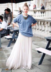 279c6c05ca1 Воздушная длинная юбка отлично смотрится с объемными свитерами. Сама юбка  может быть сшита из шифона