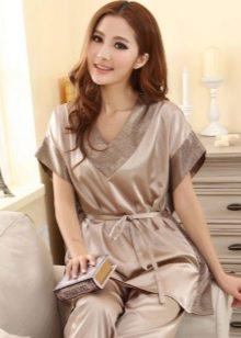 064151ad0d22c На протяжении долгого времени женская шелковая пижама стала символом  нежности, женственности и шика. Современные технологии и фантазия  дизайнеров не дает ...