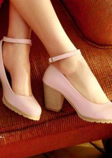 d7712a1bad11 Туфли на низком толстом каблуке подходят школьницам, молодым девушкам и  дамам в возрасте. Универсальные туфли созданы специально для тех, кто хочет  ходить в ...