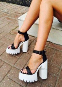 d6e3d7af0 Популярный приём заключается в том, чтобы разделить две части обуви.  Верхняя может быть выполнена в любом трендовом оттенке, а вот подошвы  чёрные или белые.
