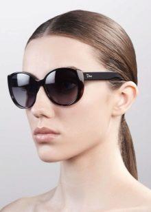 48d0d32a77e1 Это фаворит многих голливудских звёзд, ведь очки Прада - это безупречный  вкус и высокое качество. Ассортимент весьма широк. Солнцезащитные ...