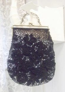 ed8bc0e5bf72 Для многих вязаные сумки ассоциируются с яркими, тёплыми образами. Но  аксессуар ручной работы не менее гармонично вписывается в зимний лук. Сумки  с плотной ...