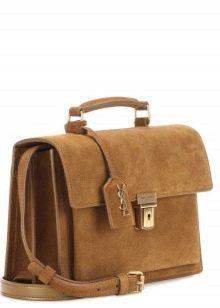 c8e2f44fede8 Дизайнеры используют для их создания разные материалы, но женские замшевые  сумки – непреходящая классика, достойная любого лука.