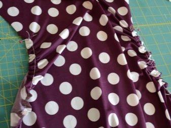 Присборивание шва в платье в горох для беременных