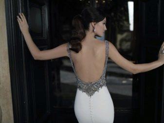 Платье с открытой спиной декорированное камнями