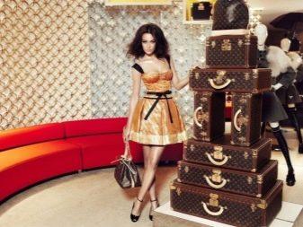 25cb264c3035 В 1854 году Луи основал собственный модный дом, который по сей день носит  его имя, постепенно расширялся ассортимент компании, вскоре сумки Louis  Vuitton, ...