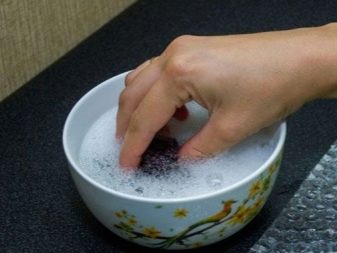 Чем отмыть пластилин от стола