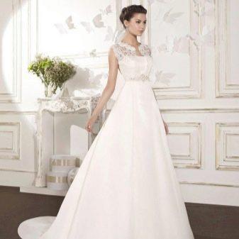 Свадебное пышное платье со шлейфом из атласа