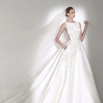 А-образное свадебное платье из атласа со шлейфом