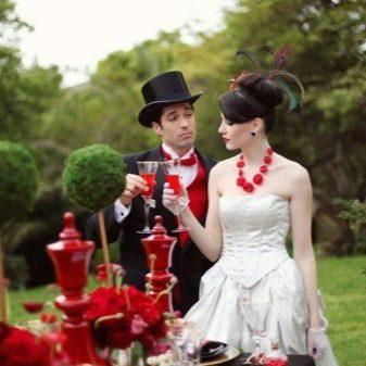 Свадебное платье с красными украшениями