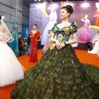 Свадебное дорогое платье из перьев павлина