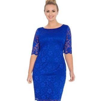 Яркое синее платье-футляр из кружева для полных