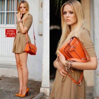 Телесное платье с оранжевыми туфлями