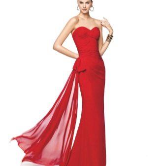 Красивое красное платье со шлейфом