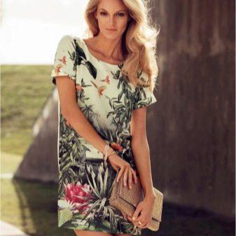 Платье с растительным принтом на лето