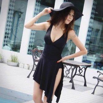 Купальное платье с удлиненной асимметричной юбкой