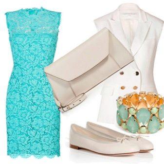 Бирюзовое кружевное платье с белыми аксессуарами