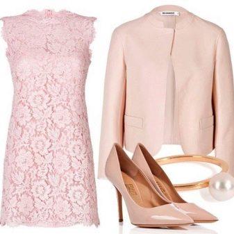 Розовое кружевное платье с розовыми аксессуарами
