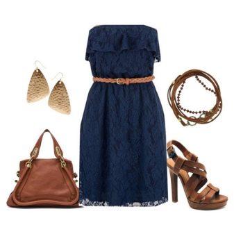Синее кружевное платье с коричневыми аксессуарами