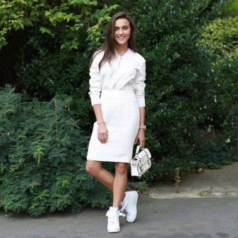 Белая юбка карандаш с белой рубахой и кроссовками