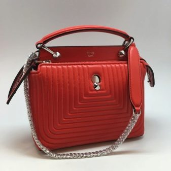 3046e6922f61 Привлекают внимание в коллекции и сумки-мешки. Несмотря на то, что они  являются редкими участниками коллекции, неординарные модели пользуются  большой ...