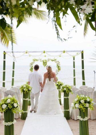 Сочетание свадебного платья с костюмом жениха