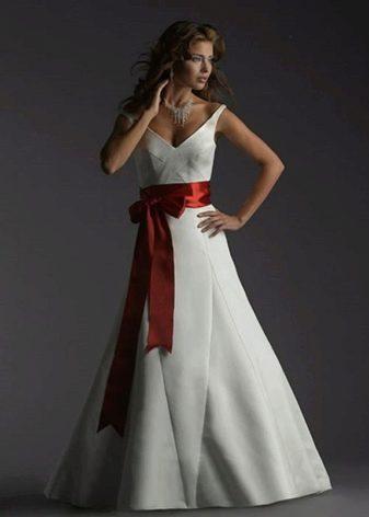 Свадебное платье с красным бантом спереди
