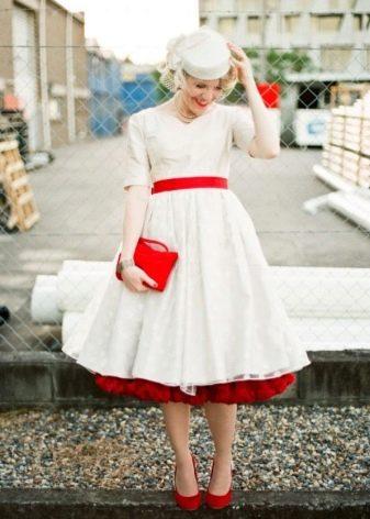 Аксессуары в тон красного пояса свадебного платья