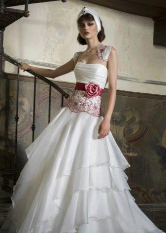Красное кружево на белом свадебном платье