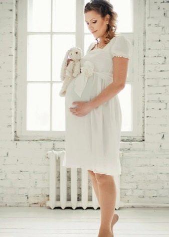 Короткое свадебное платье в стиле ампир для беременных