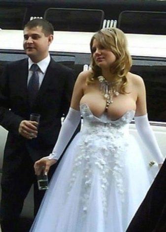 Свадебное платье с очень откровенным декольте