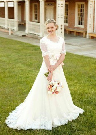 Кружевное свадебное скромное платье