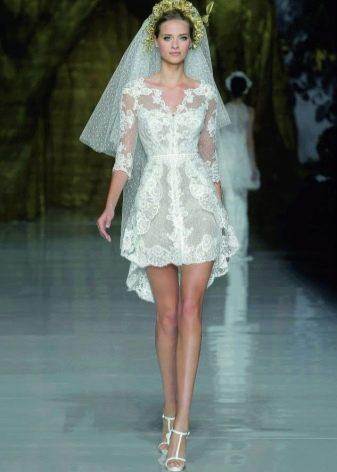 Кружевное свадебное платье с маленьким шлейфом