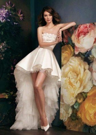 Свадебное платье короткое со шлейфом для стройных невест