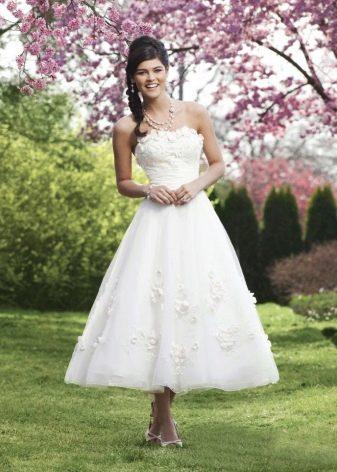 Свадебное платье с кружевом укороченное