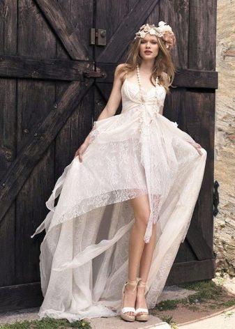 Короткое со шлейфом свадебное платье в стиле рустик