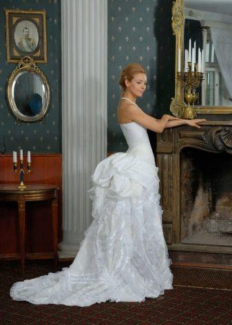 Свадебное платье со шлейфом в виде тюрнюра