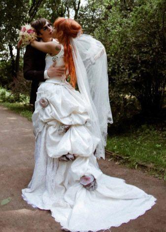 Пышное свадебное платье со шлейфом и тюрнюром