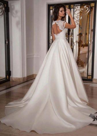 Свадебное пышное платье со шлейфом из шелка