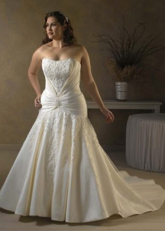 Свадебное платье с горизонтальной драпировкой для полных